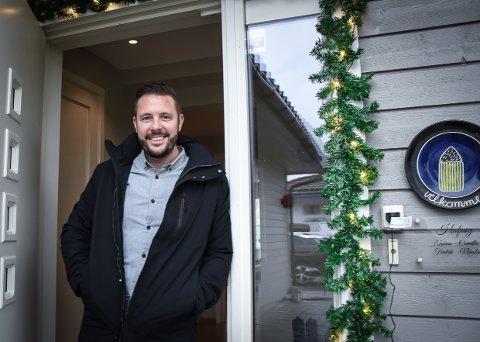 BRYR SEG: Tobias Hofsøy er engasjert innbygger. Det fortjener en julekurv fra lokalavisa.