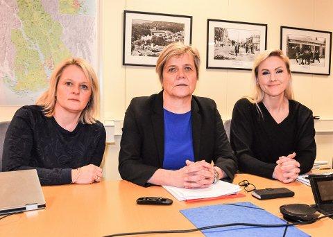 BER OM FORTSATT FOKUS: Assisterende rådmann Ingvild Aartun, til venstre, og kommunalsjef Guro Winsvold, i midten, sier at det ennå ikke er tid for å slappe av med tiltakene mot koronaviruset. Til høyre kommuneoverlege Dorthe Huse.