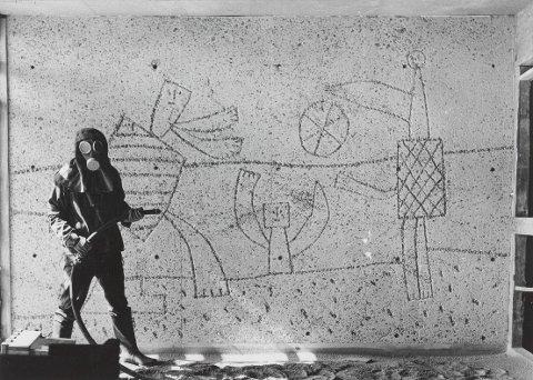 Carl Nesjar sandblåser Picassos motiver i Høyblokka, antagelig i 1959. (Foto: Ukjent, Nasjonalmuseet)