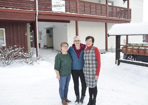«Jul i fellesskap»: Liv Kari Lien, Else Marie Tangen og Gudrun Bakken inviterer sammen med andre frivillige til hyggelig julaftenfeiring på Frivilligsentralen. (Foto: Eirik Røe)