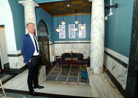 I FINSTUA: Kjell Inge Bækken og kollegene i SpareBank 1 Østlandet har igjen tatt i bruk den opprinnelige foajeen i bankbygningen i Leiret.