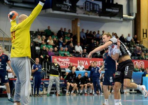 NYE PROBLEMER MED GAMMEL KJENNING: Svenn-Erik Medhus fikk servert ball på ball akkurat der han liker dem - opp i mål. Men etter hvert fikk Elverum justert både skuddene og innsatsen.
