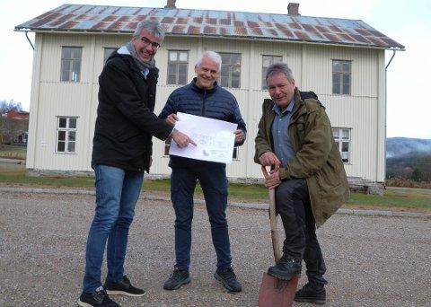 POSITIVT TROSS ALT: Næringsutvikler i Rendalen, Arne Hagetrø (til venstre), kultursjef Per Ivar Strømsmoen og tidligere ordfører Norvald Illevold (til høyre) kan smile bredt med tanke på den omfattende fiberutbyggingen som nå skjer i Rendalen.