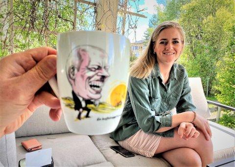 KAFFEKOPPEN: - Det viktigste er selvfølgelig politikken, men det er ikke tvil om at Trygve Magnus Slagsvold Vedum ville blitt en god statsminister for Norge. Det er ingen automatikk i at Ap og Høyre skal ha rett på statsministeren, sier stortingsrepresentant Emilie Enger Mehl. Her med partilederens kjente kaffekopp.