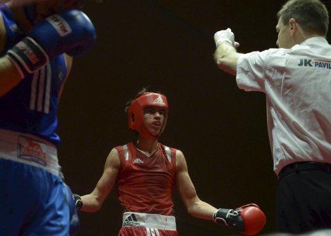 Pors-bokseren Adrian Haug kaster hjelmen og tar sats mot mannfolkene i seniorklassen. 18-åringen skal delta i Viking Box Cup i Danmark førstkommende helg.