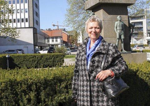 BLIR IKKE KVITT STEINALDEREN: Åse Gyrid Solli er for mange aller mest kjent som forfatteren av bokserien om steinalderfolket fra Telemarkskysten, men også som gardskjerring i Bergsbygda fra 1969 til 2005.  Etter at hun fikk brystkreft i 2014, har malepenselen vært hennes aller beste terapi. – Nå maler jeg mest ville dyr, som jo også levde i steinalderen, humrer Solli.