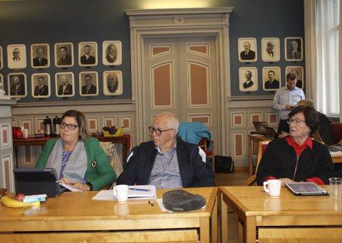 FORMANNSKAPET: Porsgrunn Høyre har tre politikere i formannskapet. Petter Ellefsen er den eneste representanten som fortsatt ikke avviser konsekvensutredningen om et mulig deponi i Brevik. Anne Karin Alseth Hansen (t.v.) og Inger Marit Osland stemte med flertallet.