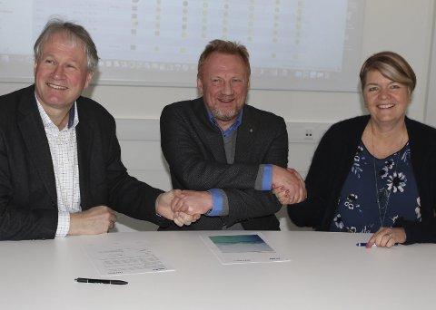 IT-selskapet som leverer datasystemet som brukes av flest ansatte i det norske helsesystemet, signerte fredag en samarbeidsavtale for å øke kompetansen til sykepleierstudenter ved Høgskolen i Sørøst-Norge. Fra venstre: dekan ved HSN Morten Ch. Melaaen, administrerende direktør ved Imatis, Morten Andersen og dekan ved HSN, Heidi Kapstad.