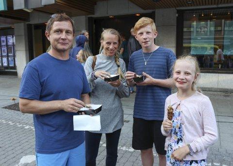 Familien Westeren Lakselvnes fra Skien besøker teaterfestivalen hvert eneste år. – Dette bare må vi få med oss. Moro at det skjer noe i byen, sier far Tor-Inge (opprinnelig fra Herøya), mor Elin og barna Noa (12) og Maia (9).