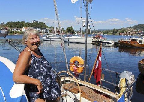 Tove Mikkelsen fra Frederikshavn så fram til å se hva Porsgrunn har å by på. – Vi har hatt en veldig fin tur, forteller hun, etter at de danske seilbåtene hadde lagt til ved bryggeanlegget nede ved Rådhustrappa.
