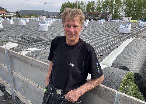 GARANTISAK: Roy Martinsen i IF Pors forteller at de ikke har noen utgifter i forbindelse med bytting av varmekabler på stadion. Leverandøren Unisport tar kostnaden.