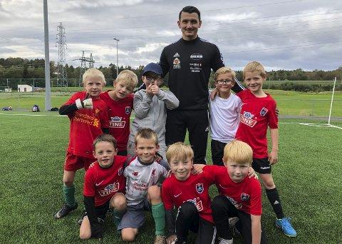 SUKSESS: Rejhan Bosnjak med de yngste deltakerne på fotballskolen til Hei. Tirsdag spiller Bonsjak og A-laget til Hei kamp mot Pors 2, når nye Mortens Plass skal åpnes offisielt.