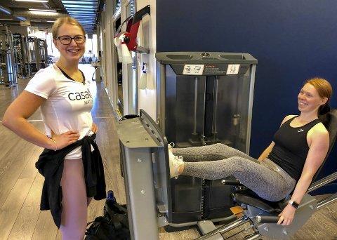 LEG DAY: – I dag er det bein som står på programmet, forteller Tina Fallmyr (22). Marthine Bø (22) prøver så godt hun kan å motivere.