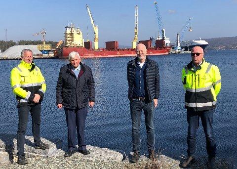Tangen Eiendom AS har her inngått avtale med Norway Spring Water om å bygge vannfabrikk for emballert vann i kartong ved Breviksterminalen i Brevik. Her er Torben Jepsen og Finn Flogstad i Tangen Eiendom AS, sammen med John Hatleskog og Alf Andersen som er investorer i Norway Spring Water AS.