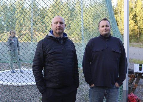 KLAR TALE: Sleggetrener Peer Olav Moen og krumtapp i støtteapparatet for sleggekasterne, Christer Rønnes Bruun, i friidrettsgruppa i Brevik mener det nye kastsenteret på Kjølnes ikke holder mål, og at det kun kan brukes til diskos.