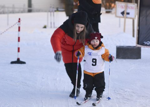 Strålende fornøyde: Mamma Marita Ottesen og to år gamle Mie Ottesen Forsaa på vei ut i løypa under årets første karusellrenn på Heistad tirsdag.