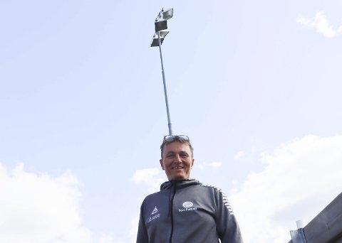 PENGENE ER PÅ PLASS: Gert Willumsen forteller at finansieringen av nytt lys på stadion på Vestsida er i boks. Endringer i spillemiddelordningen og gavmilde venner gjør at jobben med å få på plass nytt lys kan starte.