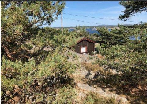 Dette er den gamle hytta ved Skårsnes,  og som eierfamilien ønsker å rive til fordel for en ny hytte  på samme sted.  Naboen mener hytta må trekkes lenger bakover på eiendommen, noe rådmannen på Hvaler er uenig i.