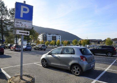 Parkering: I dag driver kommunen parkering på to festetomter, med 54 parkeringsplasser. Går ting slik det nå foreslås, vil antallet kommunale parkeringsplasser i Meierikvartalet kunne økes til rundt 113. Foto: Hugo Charles Hansen