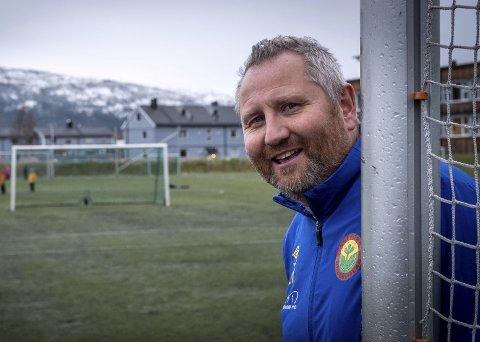 STOLT OG YDMYK: Svein-Erik Valla er kåret til Nordlands kandidat til årets grasrottrener. Det passer ypperlig for en som egentlig ikke er så glad i oppmerksomhet.FOTO: Øyvind bratt
