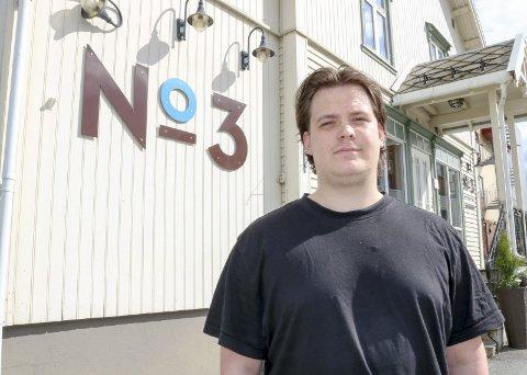 EN FORNØYELSE: Selv om det ennå er nødvendig med enkelte restriksjoner, er hovmester Fredrik Hågensen (24) glad for endelig å få jobbe under grønt smittevernnivå.
