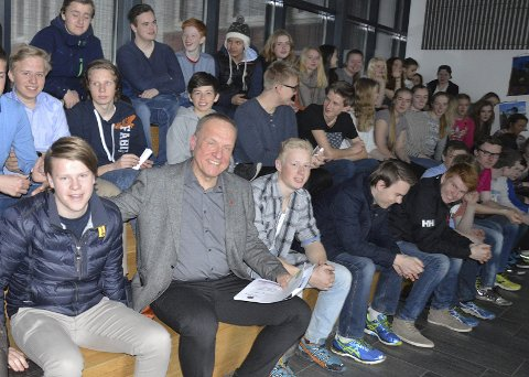Ordfører Lars Magnussen og elever ved 10. trinn, som kan stemme ved folkeavstemningen 30. mai.