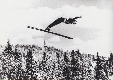 Reidar Andersen i det legendariske 20-hoppet i Holmenkollen i 1937.