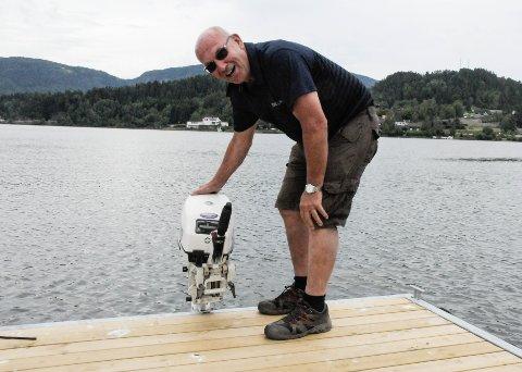 HEVDER DETTE ER BÅT: I stedet for å fjerne den mobile flytebrygga slik kommunen ba han om, gjorde Anders Strande den om til båt. Den har styrekonsoll og er registrert i småbåtregisteret.