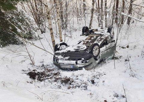 TRAFIKKUHELL: Bilen rullet ned en skråning og havnet på taket.