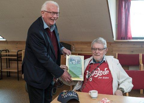 ÆRESMEDLEM: Arnfinn Holten deler ut heder og ære til Eirik Jørgensen som har vært medlem av Kristelig Folkeparti siden 1969. Jørgensen setter stor pris på hederen.