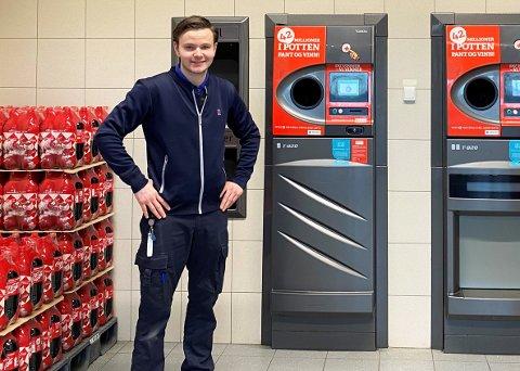 IMPONERT: Butikksjef Martin Tveter ved Rema 1000 på Eikli er imponert over den lokale panteviljen. Hans butikk tok imot mest tomgods i 2020.