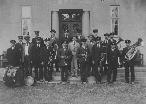 FOR FULL MUSIKK: Da Mandheimen åpnet dørene i 1915 kunne pensjonatet by på med 39 doble og 13 enkle rom fordelt på 4 etasjer. Ikke fritt for at det ble mye liv og moro når så mange unge mennesker var samlet. Her et bilde fra 1916 - Rjukan Bymusikk spiller opp. Her foran hovedinngangen.