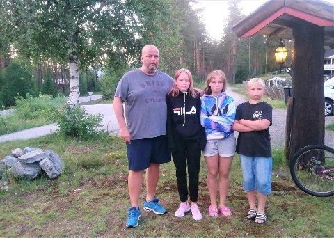 SKREMT: Pappa Sondre Pedersen og barna Thea (11), Synne (11) og Simon (9) lurer på hva mennene i den hvite varebilen vil dem.