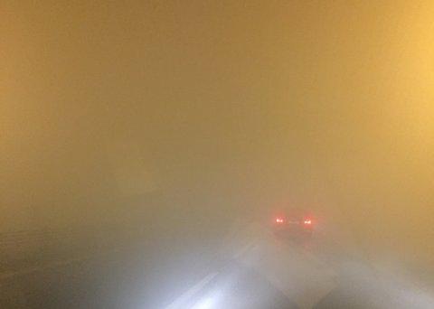 Dette bildet er tatt på rv 159 like ved Fjellhamar natt til søndag. På Kjenn-området i Lørenskog og ved Robsrud var tåken enda tettere.