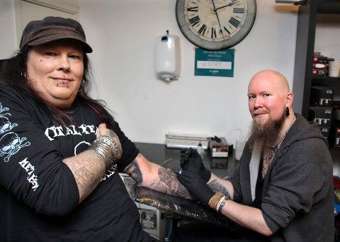 VIL BIDRA: Leif Munkelien i antimobbeorganisasjonen Metalheads against bullying og tatovør på studioet Symbolic Inc på Årnes, Bjørn O. Holter, ønsker i helga å gjøre livet til tidligere selvskadere lettere.