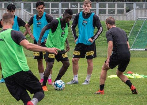 PÅ LSK-TRENING: Ifeanyi Mathew har trent med LSK i hele august. Søndag kan han være solgt til en annen klubb. FOTO: EMIL SAGLIEN RUUD