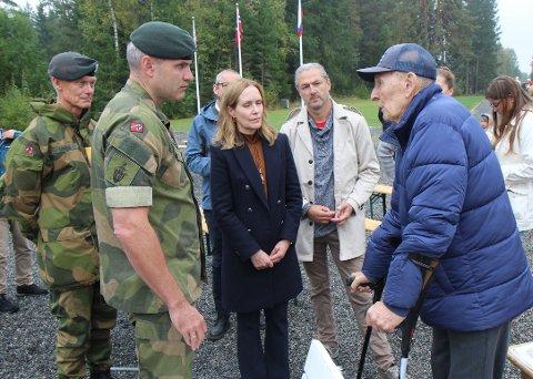 TIDSVITNE Kåre Syltevik var i Trandumskogen i mai 1945. Han fortalte hva som møtte ham  til sjefen for Forsvarets fellestjenester, generalløytnant Arne Opperud, Hærens øverste sjef, Lars Lervik, riksantikvar Hanna Geiran og generalsekretær i Fortidsminneforeningen, Ola H. Fjeldheim.