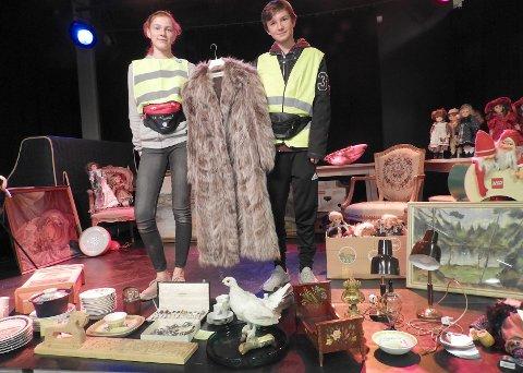 AUKSJON: Maria Louise Hansen og Thomas Drønen viser frem kåpen, som er en av flere eksklusive gjenstander som auksjoneres bort i morgen klokken 1300 i Sekkefabrikken.