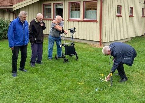 KASTER HESTESKO: Arild Johansen (fra venstre), Reidar Heieren og Oddvar Nilsen. Ved stikka og tommestokken finnes Otto Kristoffersen.