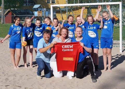 HAR VOKST: Kjell-Gunnar Dahle (foran f.v.), Birgitte Aubert, Lars Brustad og dette HG Gokstad-laget var arrangører og deltakere under den første utgaven av Fjordcup. I fjor deltok 202 lag. Nå har turneringen vokst, og i år deltar hele 121 flere lag.