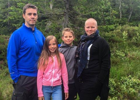 FAMILIEFERIE: Tone Strand Cederstolpe (t.h.) er overveldet over pengeinnsamlingen som foregår. Her med ektemann Tomas Cederstolpe og barna Kaja (10) og Isak (12).