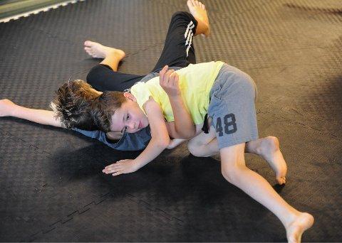 BRYTER SAMMEN: Leon Numme (10) og Kristian Madsen (12) har begge fått sansen for bryting.