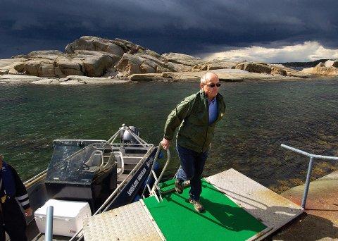 VIL OPPGRADERE BRYGGA: – Den eneste som blir negativt berørt av dette, er tiltakshaver, og det er meg. For det er en fantastisk utsikt mot sjøen og naturen fra eiendommen, sier Kjell Chr. Ulrichsen. I planutvalget fikk han flertall for dispensasjon fra byggeforbudet i strandsonen. I bakgrunnen ses Torsholmen.