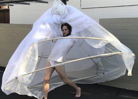 Danser i telt: Denne uka er sandefjordingen Markus Christensen (28) aktuell med danseforestillingen «Habitat». Her er han i aksjon i forbindelse med research til forestillingen.Foto: Privat