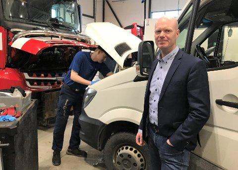 VEKST: Daglig leder Paul Bergh i Bertel O. Steen Sandefjord får stadig mer å gjøre i sitt nye bygg på Skolmar. Her får buss, de minste varebilene og de største vogntogene service og klargjøring. I bakgrunnen skifter Oscar Truslew Kjellevold (18) et batteri.