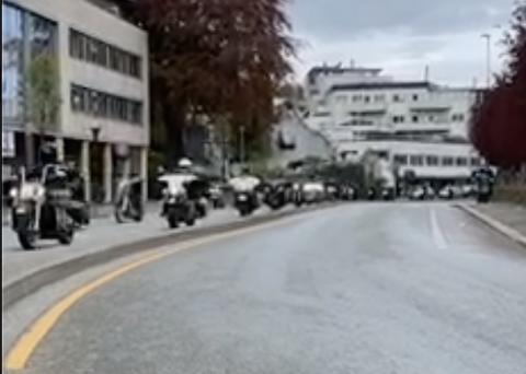 Da motorsyklene passerte politistasjonen i Stavanger reagerte politiet med å slenge seg på for å sjekke at alt gikk fint for seg. Her er syklene litt lenger sør på Lagårdsveien i Stavanger.