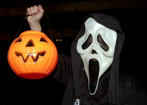 GRØSS OG GRU: Halloween er blitt barnas festdag, der de får kle seg ut som skumle typer og samle inn godteri.