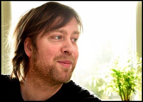 FREMFØRER NY LÅT: Jonas Groth skrev melodien til den nye julelsangen skrevet av Knut-Erik Rønne på 20 minutter. Den fremføres på sa.tv. i kveld.