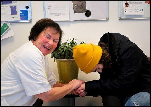 HJERTELIG GJENSYN: Da SA skulle ta bilder av Zazie på Sykehuset Østfold Kalnes, møtte hun en av sine tidligere kollegaer, Judith Marie Dahl (75). Det ble et veldig hjertelig gjensyn.
