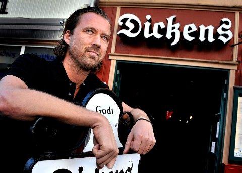 Blir en tøff tid: Dickens-innehaver Jørgen Andersen kommer til å holde restauranten åpen også i den kommende perioden, men åpningstidene innskrenkes og alle arrangementer avlyses.